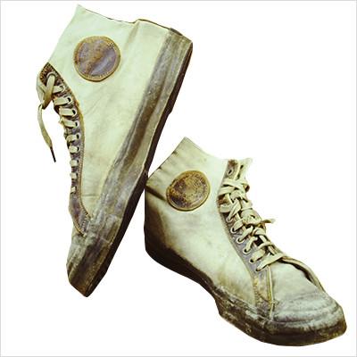 2c45dd8f7 1917 год–компания Converse, чувствуя потребность в обуви,которая будет  востребована не только в зимний сезон, разрабатывает эксклюзивные  баскетбольные кеды ...